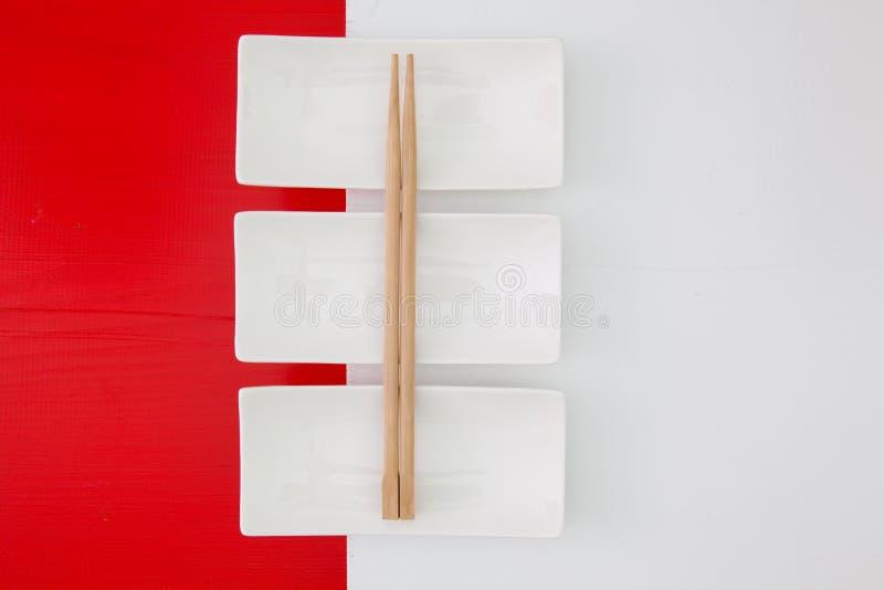 Опорожните керамические шары и бамбуковые палочки для еды суш стоковые изображения