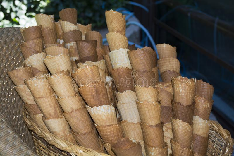 Опорожните корнетов для того чтобы содержать зажаренную еду на корзине с стулом стоковое изображение