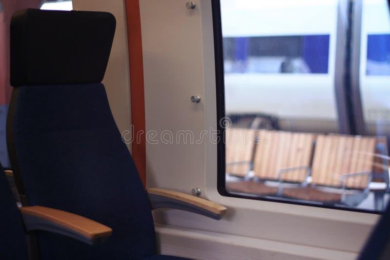 Опорожните место перемещения рядом с окном стоковые фото