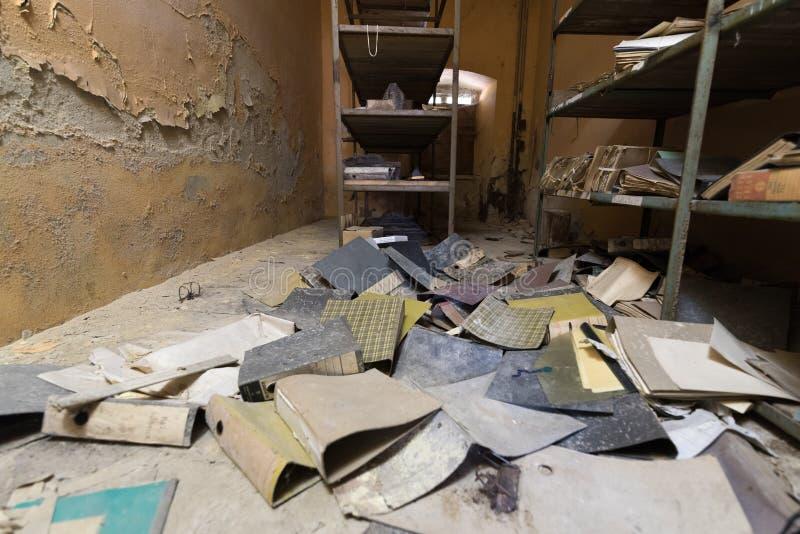 Опорожните разрушенный офис стоковое изображение