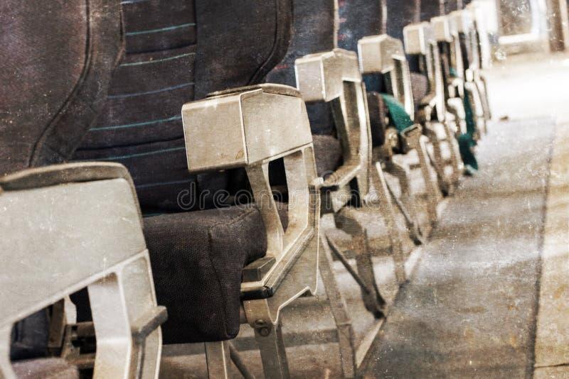Опорожните старые места самолета в кабине, селективном фокусе, годе сбора винограда стоковые изображения