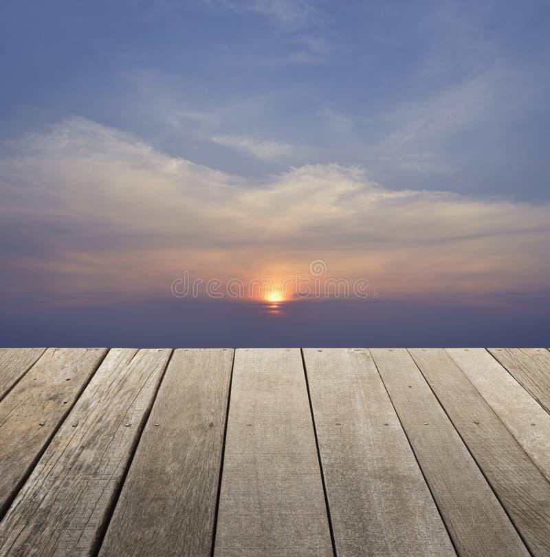 Опорожните старый деревянный пол с небом захода солнца с облаками для предпосылки, стоковая фотография rf