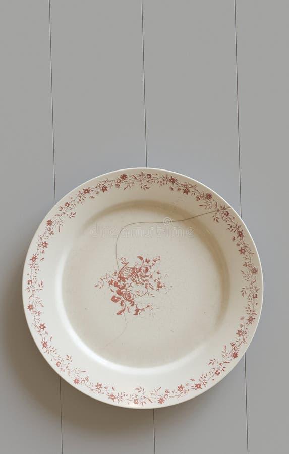 Опорожните треснутую плиту на деревянной белой предпосылке иллюстрация 3d бесплатная иллюстрация
