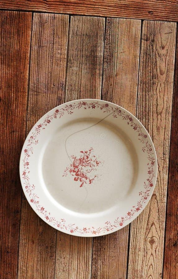 Опорожните треснутую плиту на деревянных поле или таблице предпосылки иллюстрация 3d иллюстрация штока