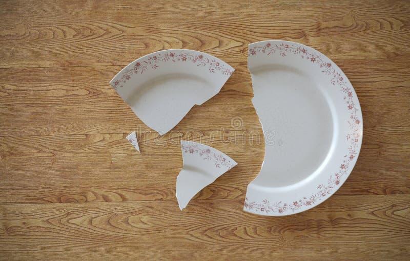 Опорожните треснутую сломанную плиту на деревянных поле или таблице предпосылки иллюстрация 3d иллюстрация вектора