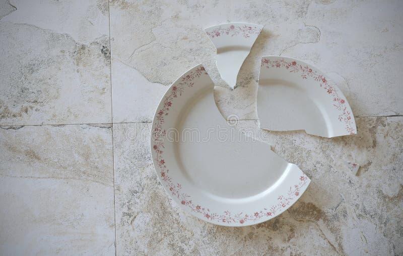 Опорожните треснутую сломанную плиту на серых крыть черепицей черепицей мраморных поле или таблице предпосылки иллюстрация 3d бесплатная иллюстрация