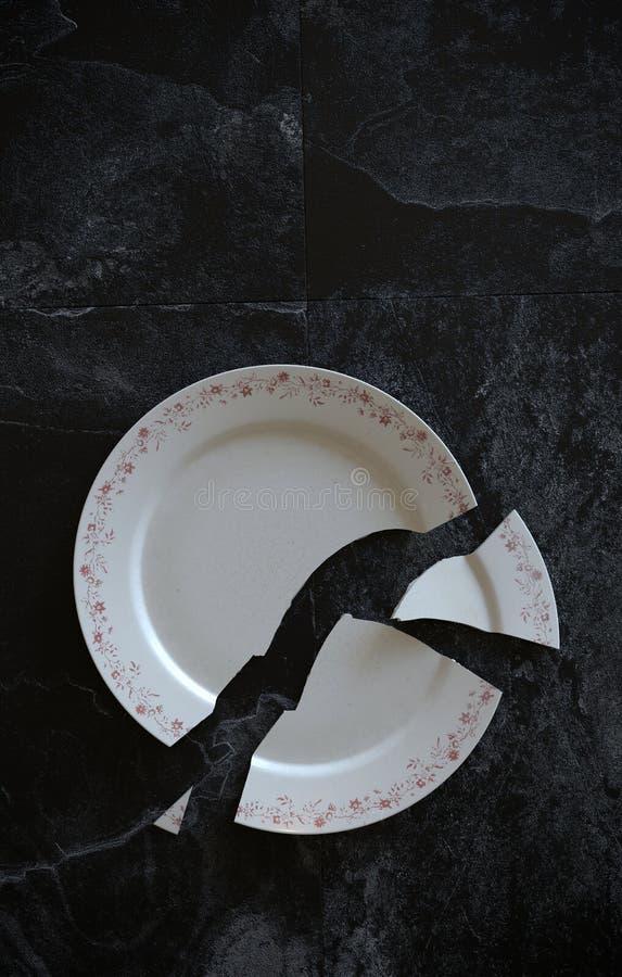 Опорожните треснутую сломанную плиту на черных крыть черепицей черепицей мраморных поле или таблице предпосылки иллюстрация 3d иллюстрация штока