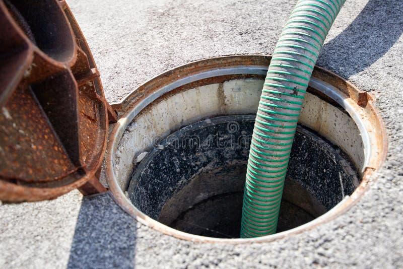 Опорожняющ канализационный резервуар, очищая сточные трубы стоковая фотография rf