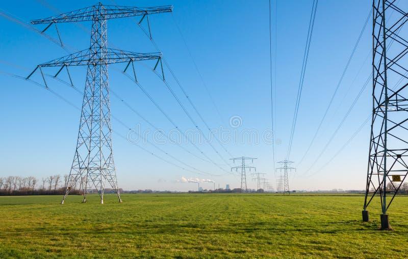 Опоры силы и высоковольтные линии стоковая фотография rf