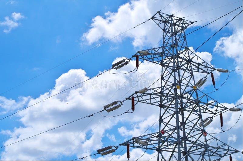 Опоры электричества в поле ячменя стоковые изображения