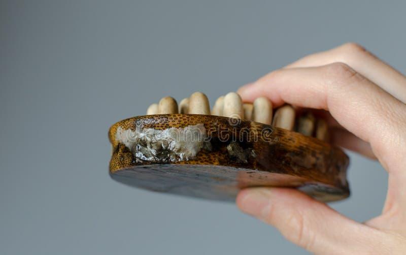 Опостылеть грибок на щетке массажа женщины деревянной r Концепция дома очищая стоковая фотография