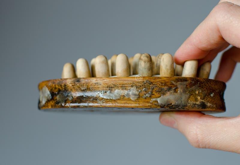 Опостылеть грибок на щетке массажа женщины деревянной r Концепция дома очищая стоковое фото
