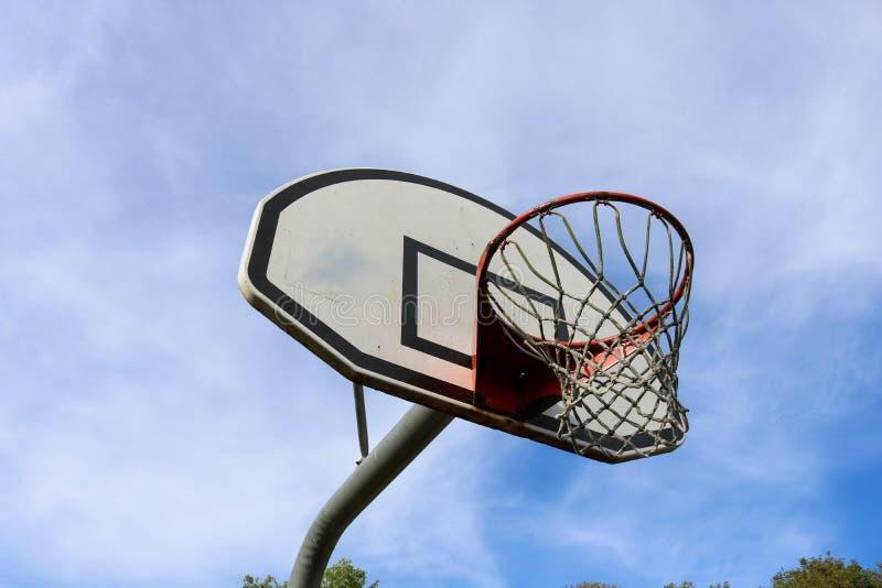 Оправа баскетбола с бакбортом в солнечности стоковое изображение rf