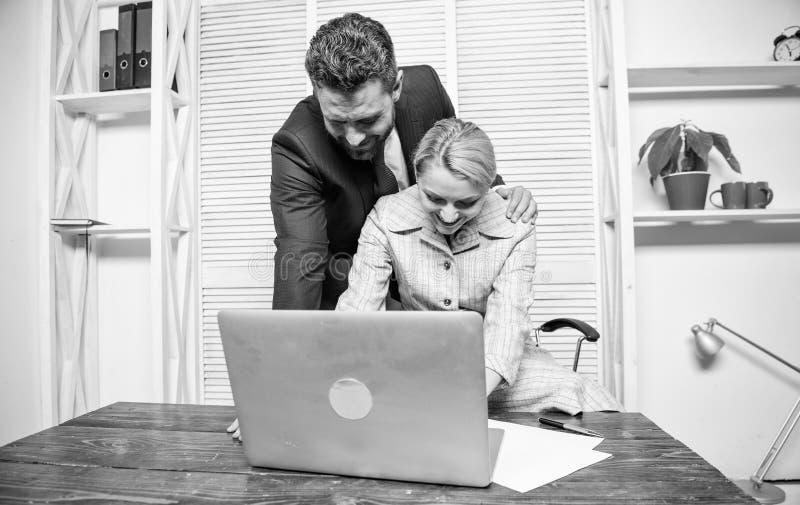 Определять домогательство Создайте большие сексуальные домогательства безопасности и доверия на работе Коллеги человека и женщины стоковые фотографии rf