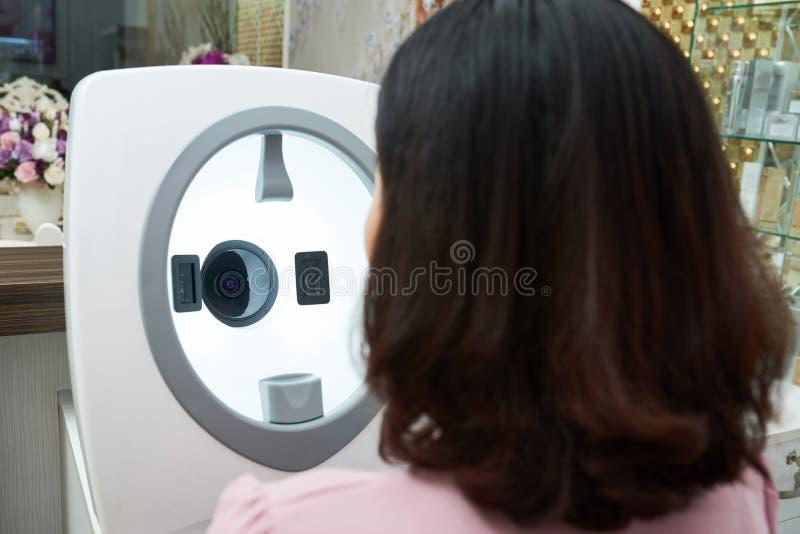 Определять тип кожи с современным оборудованием стоковая фотография