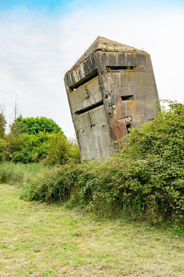 Опрокинутый первоначальный старый немецкий бункер от Второй Мировой Войны стоковое фото