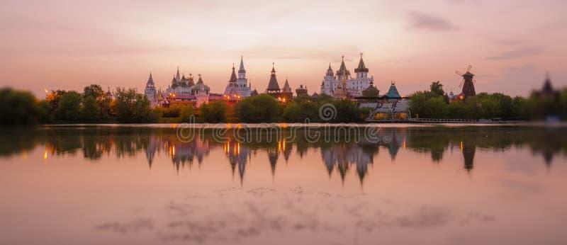 Опрокиньте и перенесите взгляд захода солнца Кремля в районе Izmailovo Москвы стоковое изображение