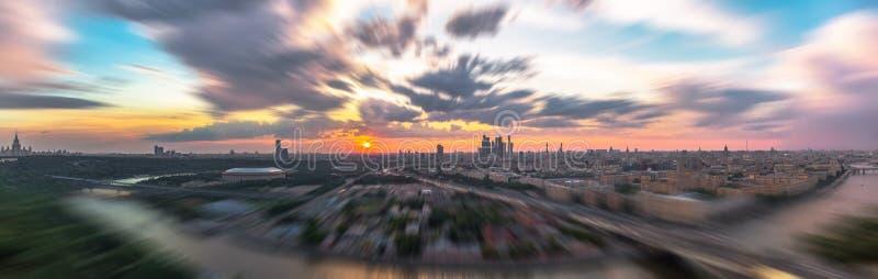 Опрокиньте и перенесите взгляд захода солнца панорамы захода солнца Москвы стоковая фотография rf