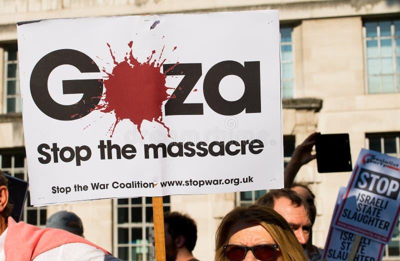 Опротестуйте сообщения на плакатах и плакатах на Газа: Остановите ралли бойни в Уайтхолле, Лондоне, Великобритании стоковое изображение