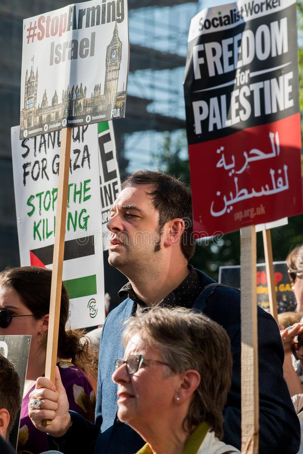 Опротестуйте сообщения на плакатах и плакатах на Газа: Остановите ралли бойни в Уайтхолле, Лондоне, Великобритании стоковое изображение rf