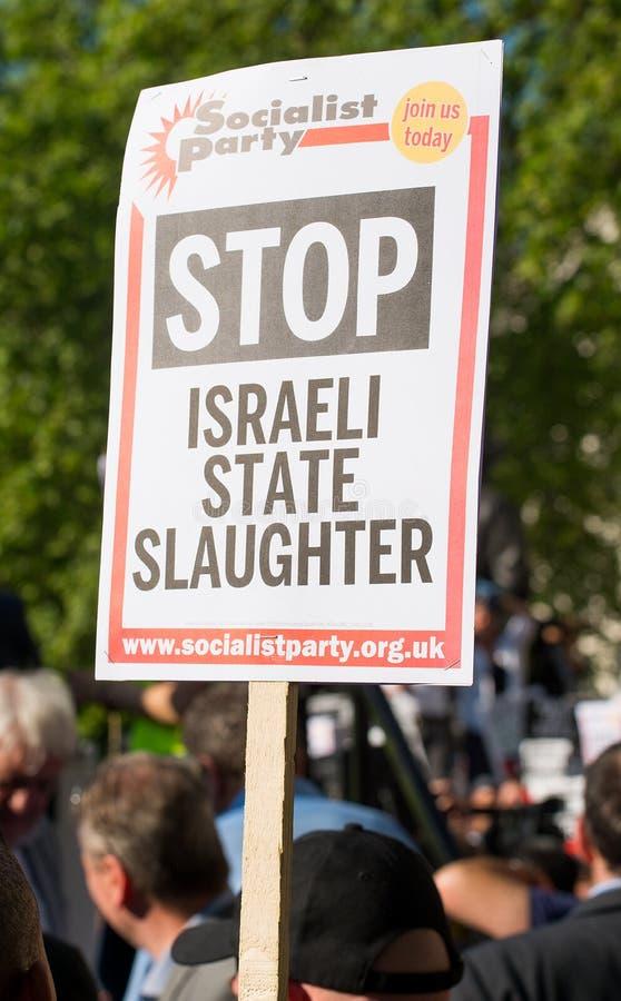 Опротестуйте сообщения на плакатах и плакатах на Газа: Остановите ралли бойни в Уайтхолле, Лондоне, Великобритании стоковые фотографии rf