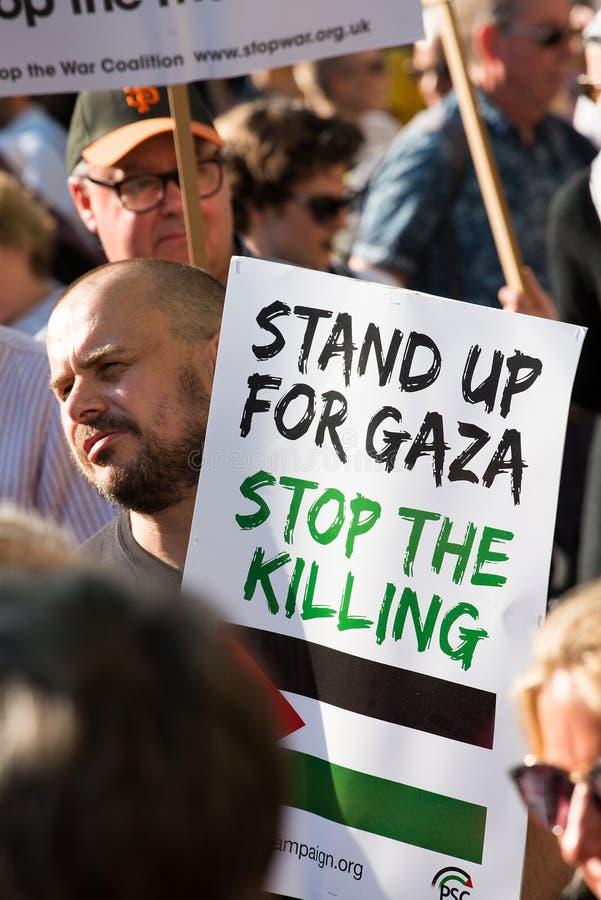 Опротестуйте сообщения на плакатах и плакатах на Газа: Остановите ралли бойни в Уайтхолле, Лондоне, Великобритании стоковые изображения