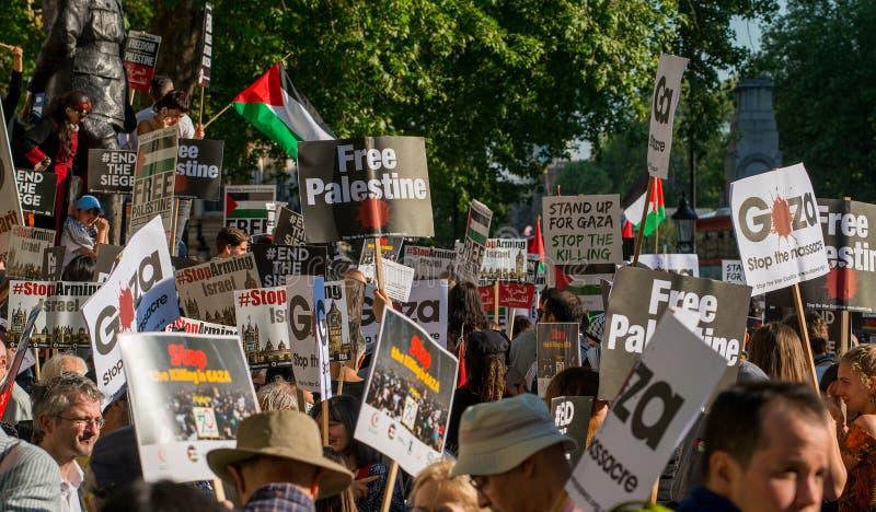 Опротестуйте сообщения на плакатах и плакатах на Газа: Остановите ралли бойни в Уайтхолле, Лондоне, Великобритании стоковое фото rf