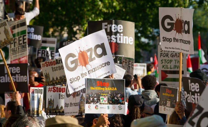 Опротестуйте сообщения на плакатах и плакатах на Газа: Остановите ралли бойни в Уайтхолле, Лондоне, Великобритании стоковое фото