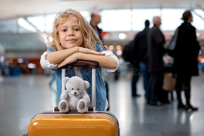 Оптимистическая милая маленькая девочка стоит на современном стержне стоковое изображение rf
