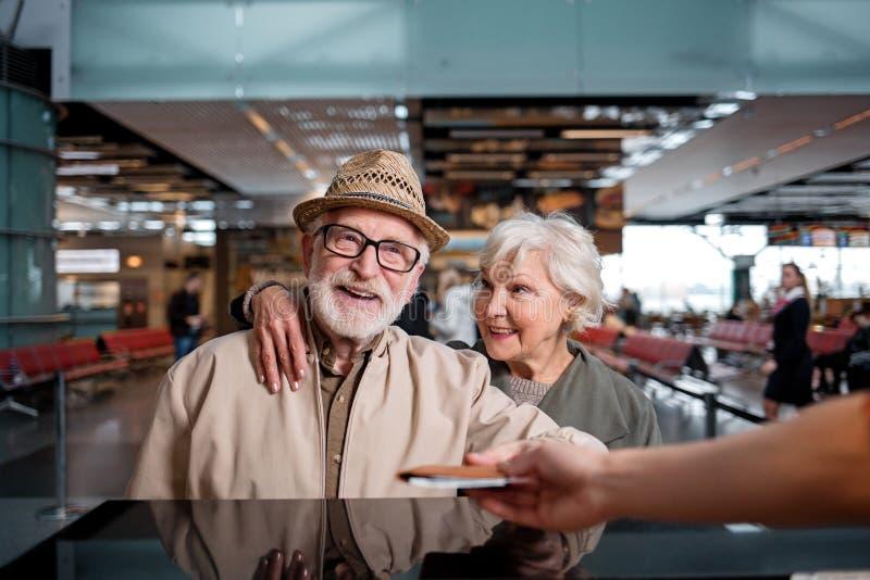 Оптимистические старшие дама и джентльмен путешествуют совместно стоковая фотография