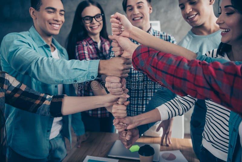 Оптимистическое положительное радостное единство парней девушки студентов колледжа участвует в гонке иметь делать тренирующ носку стоковая фотография rf
