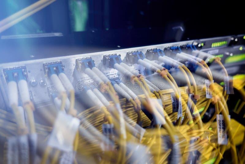 Оптически сервер коммутант Мигающие огни волокно оптически аукционов Разъединяет компьютер в шкафе на большом центре данных конец стоковое фото rf