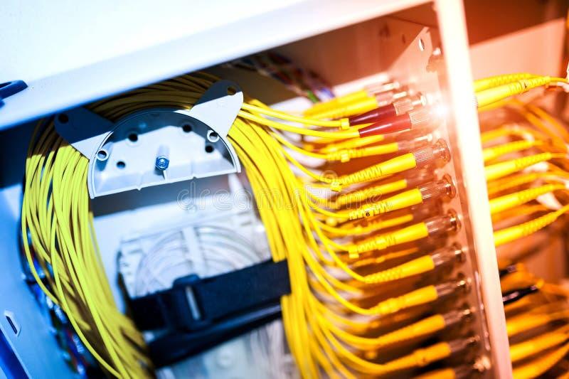 Download Оптическое волокно с серверами в центре данных технологии Стоковое Фото - изображение насчитывающей центр, кабель: 81812172