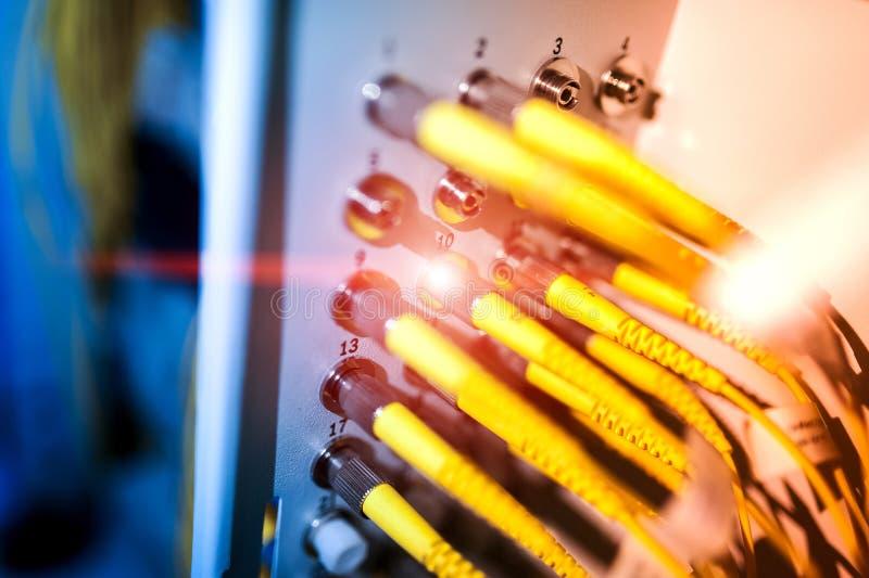 Download Оптическое волокно с серверами в центре данных технологии Стоковое Фото - изображение насчитывающей оборудование, самомоднейше: 81812192