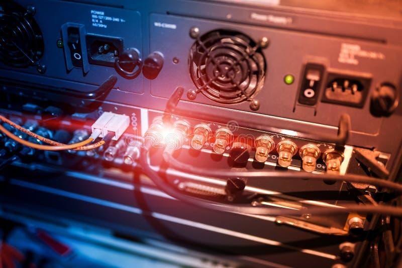 Download Оптическое волокно с серверами в центре данных технологии Стоковое Изображение - изображение насчитывающей компьютер, сервер: 81812193