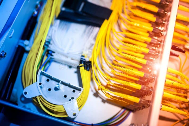 Download Оптическое волокно с серверами в центре данных технологии Стоковое Фото - изображение насчитывающей сообщение, технология: 81812214