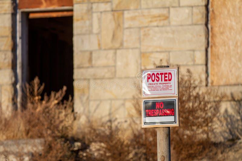 Опубликовано за то, что не нарушали права на старый изношенный дом стоковые изображения