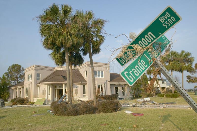 Опущенные дорожные знаки и твердые частицы перед домом тяжело ударили ураганом Иваном в Pensacola Флориде стоковые фото