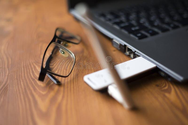 Опционный съемный маршрутизатор для увеличения сигнала на ноутбуке стоковая фотография rf