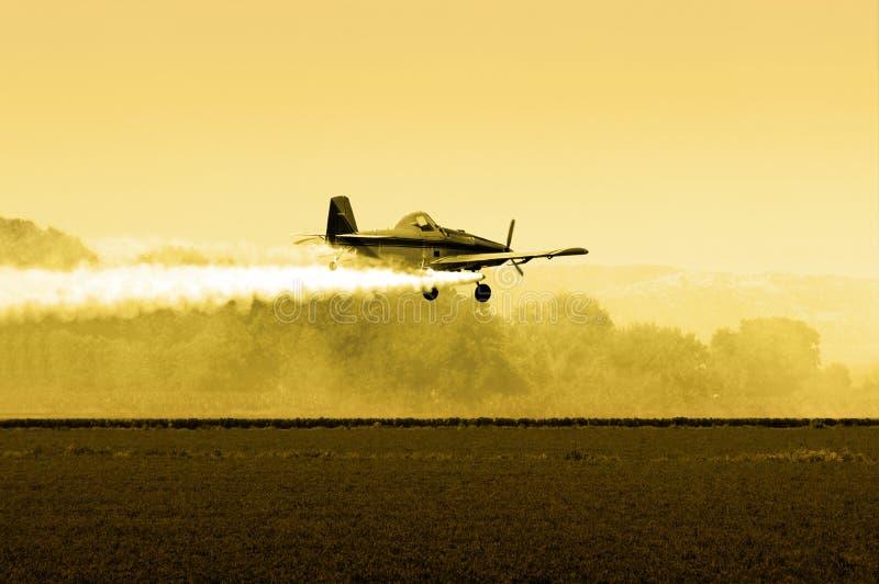 опылитель полей после полудня стоковое фото rf