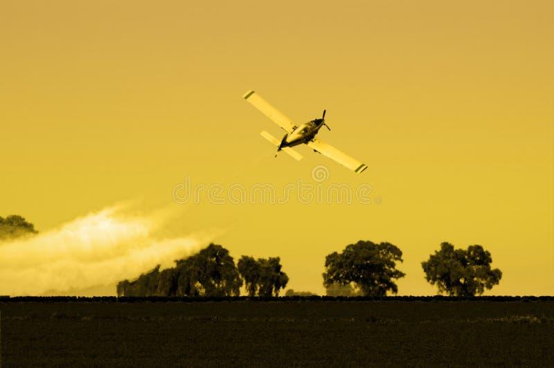 опылитель полей после полудня стоковая фотография