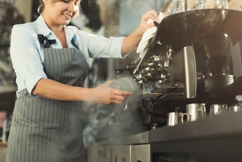 Опытное barista делая кофе в профессиональной машине кофе стоковые фотографии rf