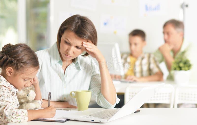 Опытные учителя работая с детьми стоковые изображения