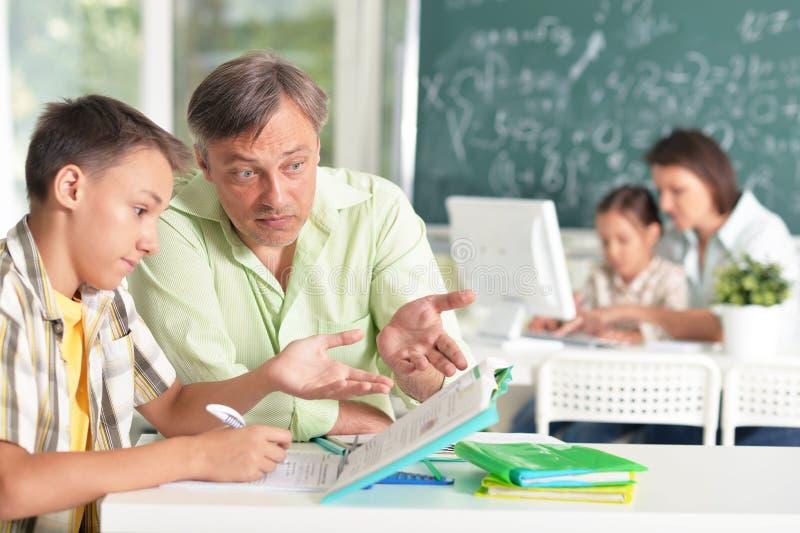 Опытные учителя работая с детьми стоковые фото