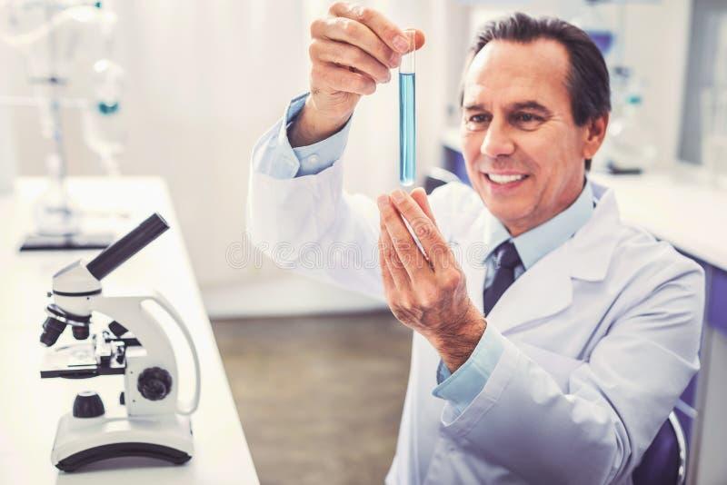 Опытный зрелый bioengineer испытывая новую медицину стоковые фотографии rf