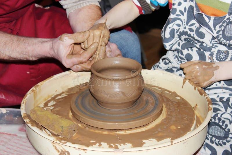 опытный мастерский гончар учит искусству делать глину баков на 'колесе s стоковые изображения rf