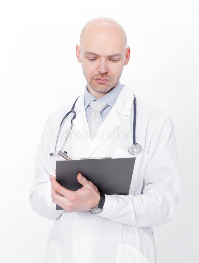 Опытный терапевт с документами r стоковая фотография