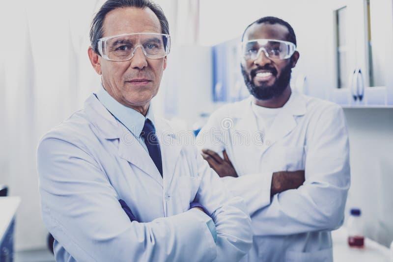 Опытный умный bioengineer стоя около его ассистента стоковая фотография rf