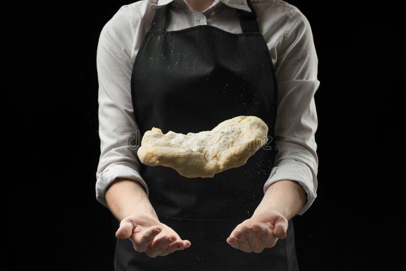 Опытный шеф-повар в профессиональной кухне подготавливает тесто с мукой для того чтобы сделать итальянские итальянские макаронные стоковая фотография rf