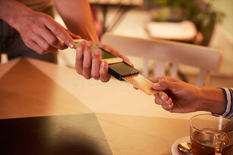 Оплата кредитной карточки золота с машиной стоковые изображения rf